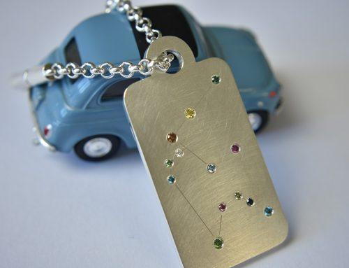 Schlüsselanhänger in Silber mit farbigen Brillanten